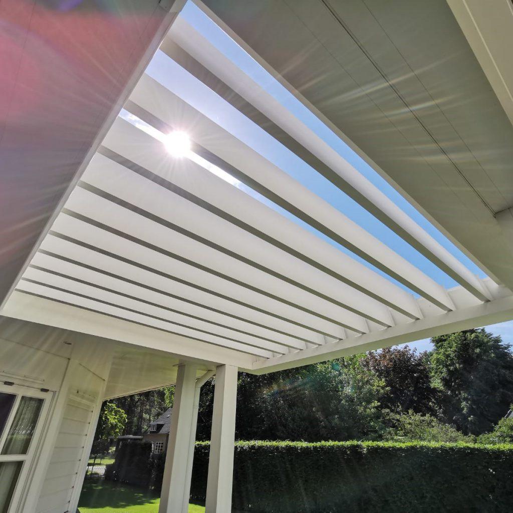 Lamellen reiniging van overkapping veranda